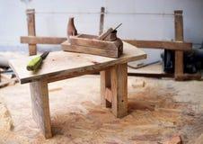 Herramientas del carpintero en el fondo de madera de la tabla Copie el espacio Fotografía de archivo