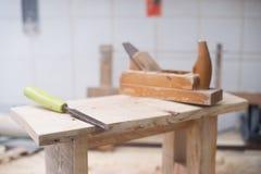 Herramientas del carpintero en el fondo de madera de la tabla Copie el espacio Foto de archivo