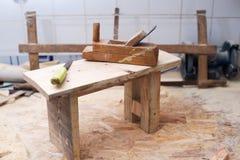 Herramientas del carpintero en el fondo de madera de la tabla Copie el espacio Fotos de archivo
