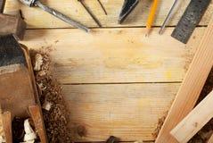 Herramientas del carpintero en el fondo de madera de la tabla Copie el espacio Visión superior Imagen de archivo libre de regalías