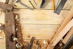 Herramientas del carpintero en el fondo de madera de la tabla Visión superior Copie el espacio Fotos de archivo libres de regalías
