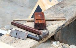 Herramientas del carpintero en la tabla de madera fotos de archivo