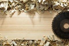 Herramientas del carpintero en la tabla de madera con la opinión superior del lugar de trabajo del carpintero del serrín Imagen de archivo libre de regalías