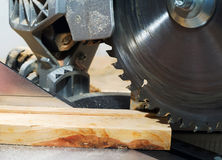 Herramientas del carpintero en la tabla de madera con la opinión superior del lugar de trabajo del carpintero del serrín Fotografía de archivo libre de regalías