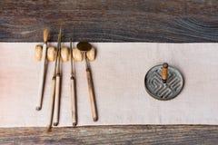 Herramientas del chino tradicional para preparar té en una tabla de madera imágenes de archivo libres de regalías