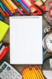 Herramientas del cuaderno y de la escuela alrededor Imagenes de archivo