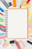 Herramientas del cuaderno y de la escuela o de la oficina en el fondo blanco Fotografía de archivo