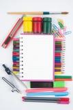 Herramientas del cuaderno y de la escuela o de la oficina en el fondo blanco Foto de archivo