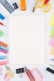 Herramientas del cuaderno y de la escuela o de la oficina en el fondo blanco y Fotos de archivo