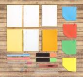 Herramientas del cuaderno y de la escuela o de la oficina en el fondo y la trayectoria de recortes de madera Foto de archivo