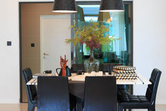 Herramientas del diseñador en la mesa de comedor en la sala de estar Imagen de archivo