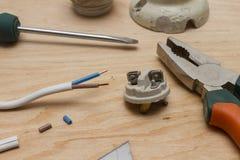 Herramientas del electricista, cable, y cartucho de cerámica para las bombillas Imagenes de archivo