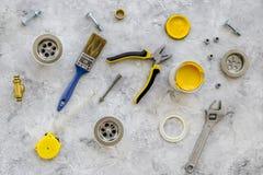 Herramientas del fontanero en la opinión superior del fondo de piedra gris Foto de archivo libre de regalías