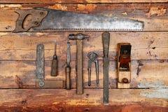 Herramientas del gato viejo en fondo de madera Imágenes de archivo libres de regalías