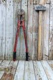 Herramientas del hardware de la construcción en fondo de madera Foto de archivo