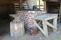 Herramientas del herrero dentro de la herrería Imagen de archivo libre de regalías