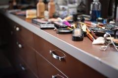 Herramientas del maquillaje en la tabla de madera Imagenes de archivo