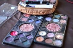 Herramientas del maquillaje en la tabla de madera Foto de archivo