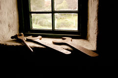 Herramientas del metal delante de una ventana Fotos de archivo libres de regalías