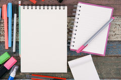 Herramientas del papel y de la escuela o de la oficina del cuaderno en la tabla de madera del vintage Fotografía de archivo