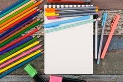 Herramientas del papel y de la escuela o de la oficina del cuaderno en la tabla de madera del vintage Imagen de archivo libre de regalías