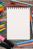 Herramientas del papel y de la escuela o de la oficina del cuaderno en la tabla de madera del vintage Fotos de archivo