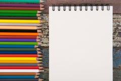 Herramientas del papel y de la escuela o de la oficina del cuaderno en la tabla de madera del vintage Imagen de archivo