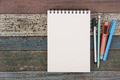 Herramientas del papel y de la escuela o de la oficina del cuaderno en la tabla de madera del vintage Foto de archivo