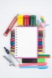 Herramientas del papel y de la escuela o de la oficina en el fondo blanco para de nuevo a la escuela Imágenes de archivo libres de regalías