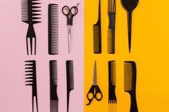 Herramientas del peluquero en fondo rosado y anaranjado con el espacio de la copia Fotografía de archivo