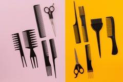 Herramientas del peluquero en fondo rosado y anaranjado con el espacio de la copia Foto de archivo libre de regalías