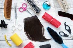 Herramientas del peluquero en la tabla de madera Foto de archivo libre de regalías