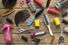 Herramientas del peluquero en la tabla de madera Imagenes de archivo