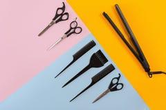 Herramientas del peluquero en un fondo coloreado con el espacio de la copia Fotos de archivo libres de regalías