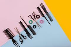 Herramientas del peluquero en un fondo coloreado con el espacio de la copia Foto de archivo libre de regalías