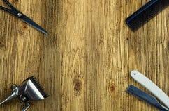 Herramientas del peluquero en una superficie de madera Fotografía de archivo libre de regalías