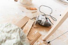 Herramientas del primer para los cortes que el tablero laminado con un electrofret consideró instalación del nuevo suelo laminado fotografía de archivo libre de regalías