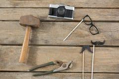 Herramientas del trabajo con la cámara en la tabla de madera Fotografía de archivo