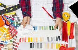 Herramientas del trabajo del decorador, rodillos de pintura e interruptor profesionales del color imagen de archivo