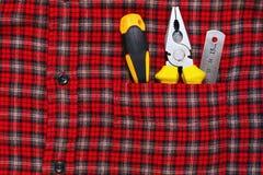 Herramientas del trabajo en bolsillo de la camisa del trabajo Imagenes de archivo
