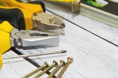 Herramientas del trabajo en el escritorio de madera Foto de archivo