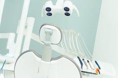 Herramientas dentales y accesorios usados por los dentistas en oficina Fotos de archivo libres de regalías