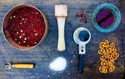 Herramientas e ingredientes para el atasco de la baya Foto de archivo