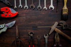 Herramientas e instrumentos de la construcción en el fondo de madera Imagen de archivo