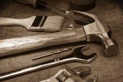 Herramientas e instrumentos en la tarjeta de madera fotos de archivo