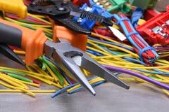 Herramientas eléctricas y cables usados en instalaciones eléctricas Fotografía de archivo libre de regalías