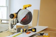 Herramientas eléctricas y cocina diy del instrallation del equipo en el nuevo hogar Foto de archivo libre de regalías