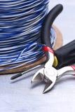 Herramientas eléctricas y equipo componente a utilizar en instalaciones eléctricas en fondo gris del metal Fotos de archivo libres de regalías