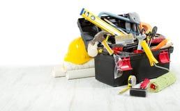 Herramientas en caja de herramientas sobre suelo de madera Imagen de archivo