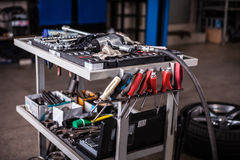 Herramientas en garaje del mecánico imagen de archivo libre de regalías